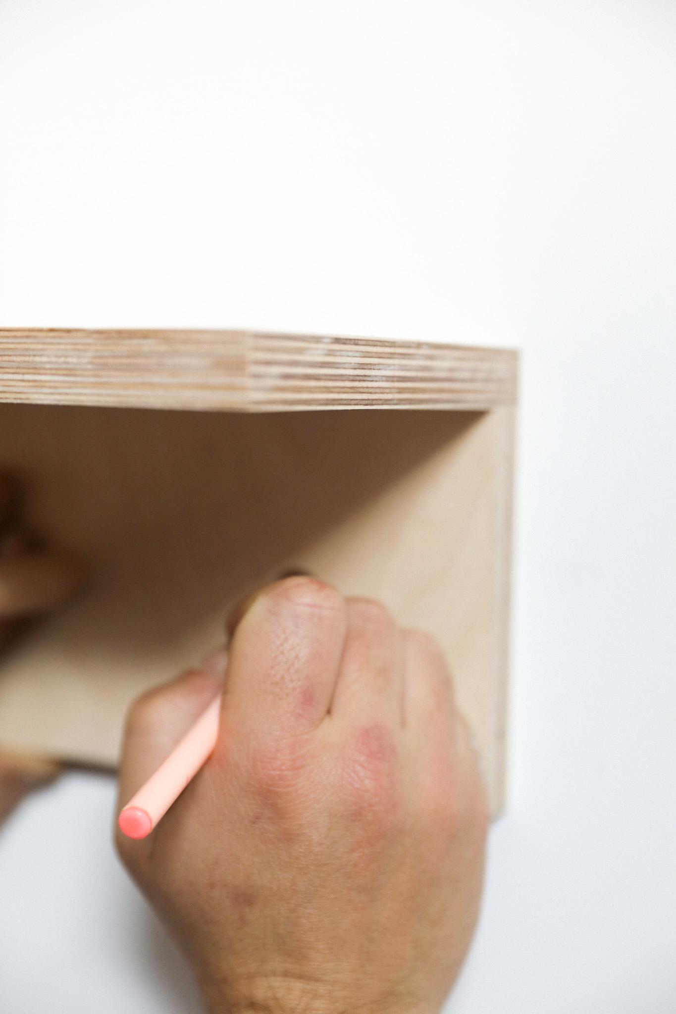 comment accrocher son étagere à patères au mur 2